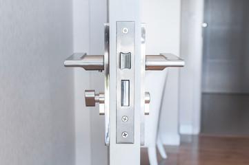 Вид замка двери.