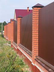 Кирпичный забор.