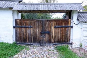 Деревянные ворота.