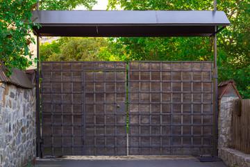 Металлические ворота.